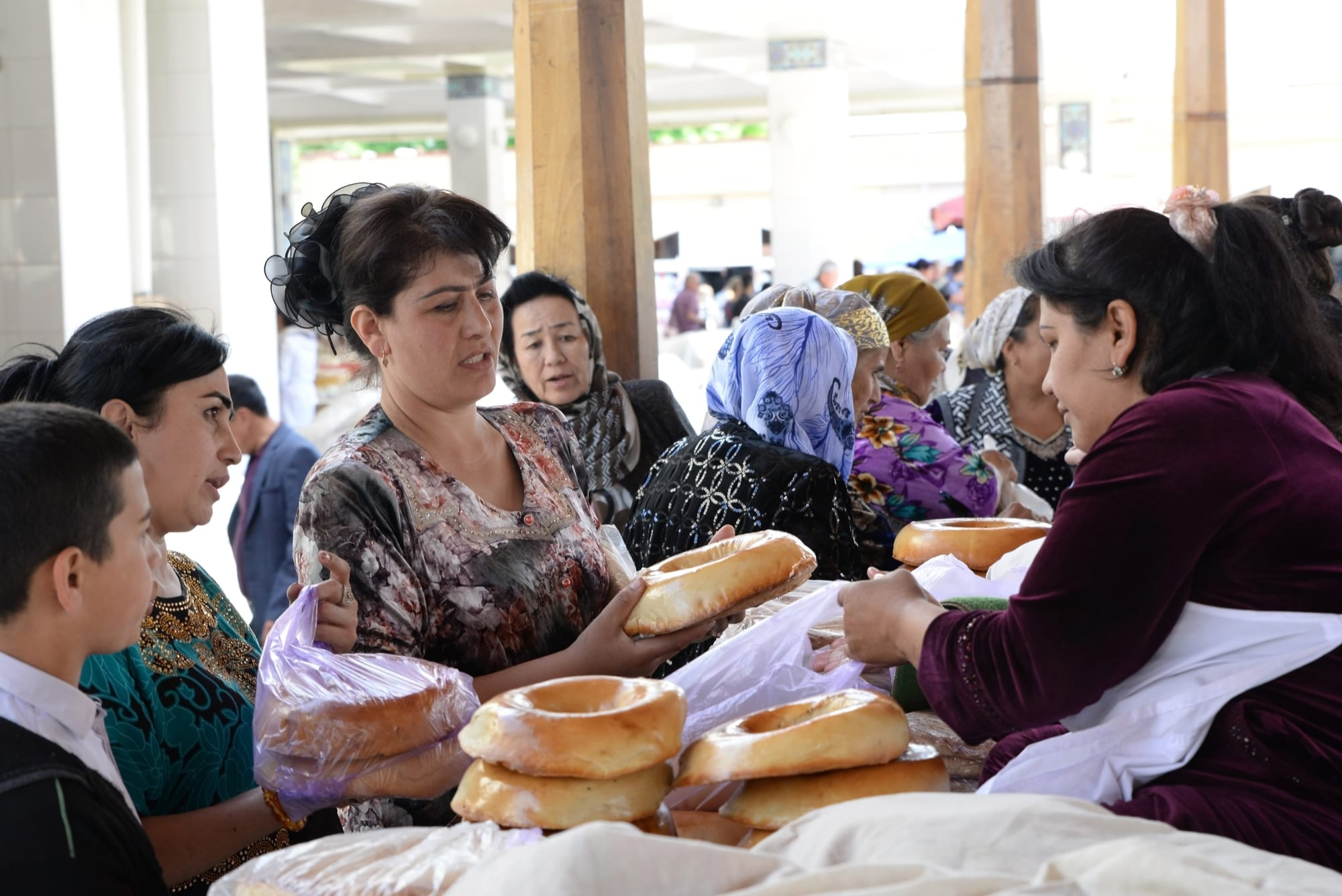 Samarkand, Uzbekistan: Sampling and buying Samarkand Non bread at the bazaar